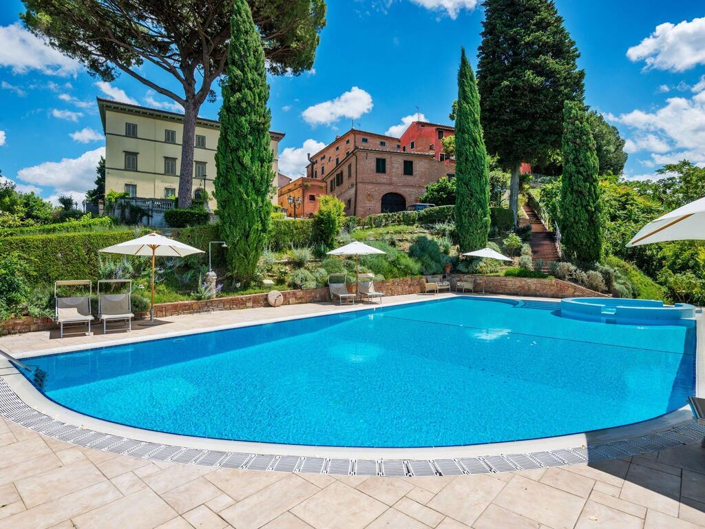 casa vacanze con alloggi e piscina nella campagna toscana