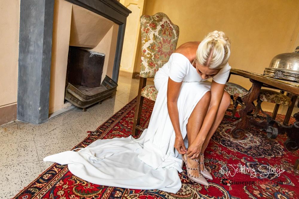 momento della preparazione della sposa in una stanza di una villa storica