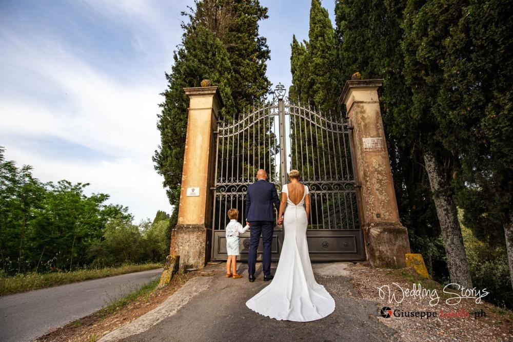 particolare dell'ingresso alla villa storica per matrimonio in Toscana