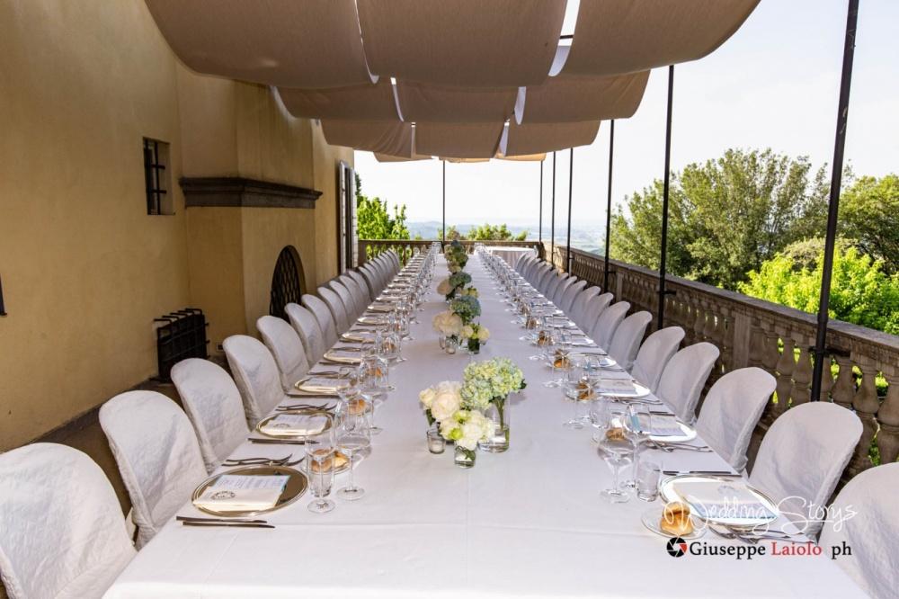 allestimento della sala da pranzo esterna del matrimonio in villa Toscana