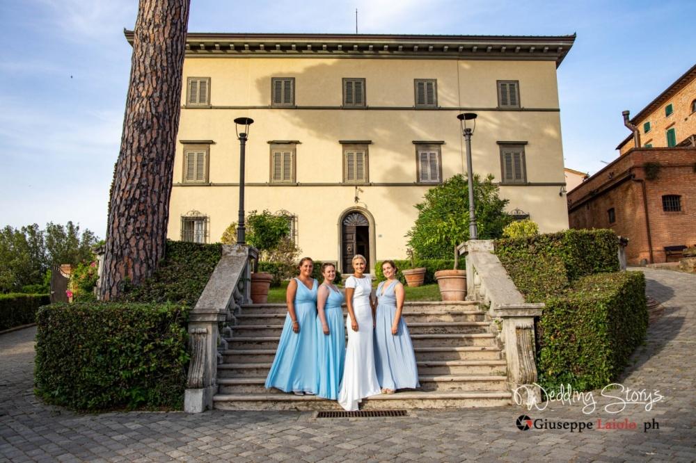 le damigelle e la sposa sulla scalinata dell'esclusiva villa storica in Toscana