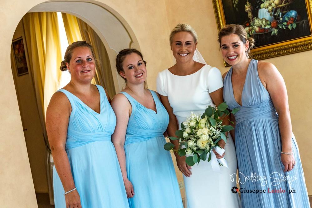 foto di gruppo della sposa e delle damigelle della sposa