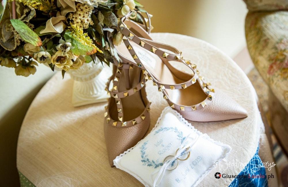 particolari di un cuscino porta fedi per matrimonio e delle scape della sposa