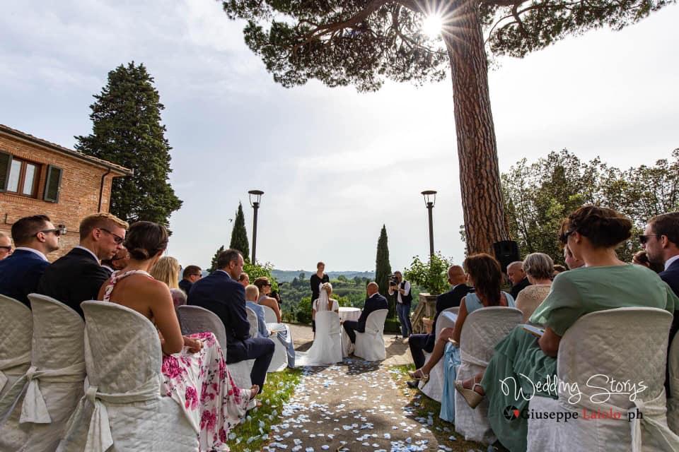 celebrazione delle nozze nel giardino della villa storica in Toscana