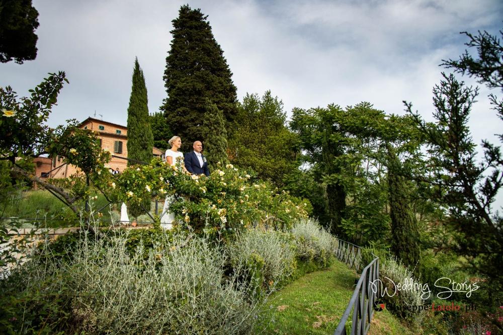 gli sposi guardano il panorama dalle terrazze del giardino della location esclusiva in Toscana