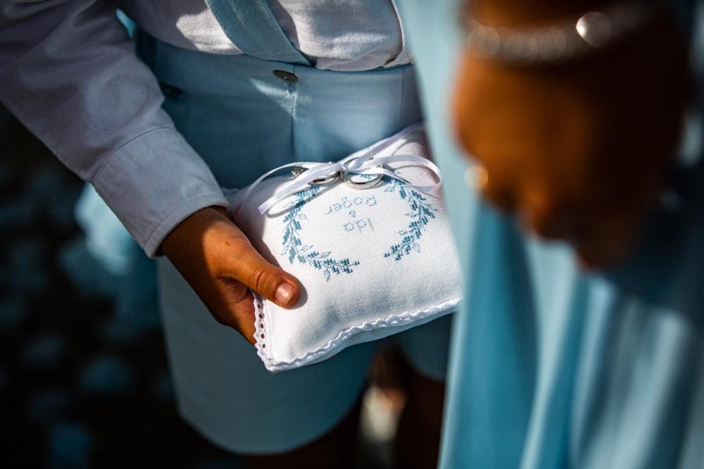 particolare di un cuscinetto porta anelli per matrimonio