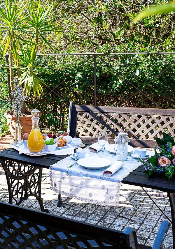 scorcio di giardino per colazione in villa toscana