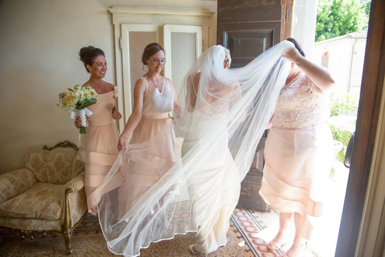 sposa e damigelle che si preparano per il matrimonio in una antica villa della Toscana