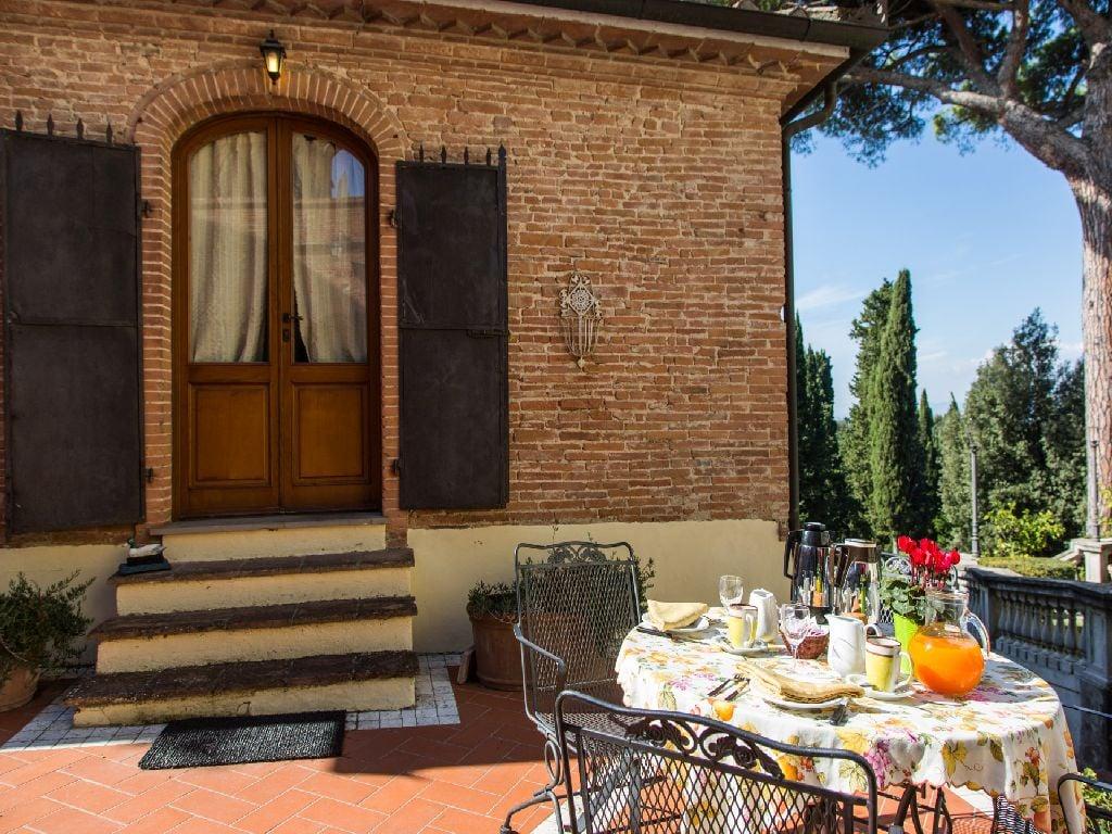 Casa vacanze in Toscana, colazione fatta in casa all'aperto