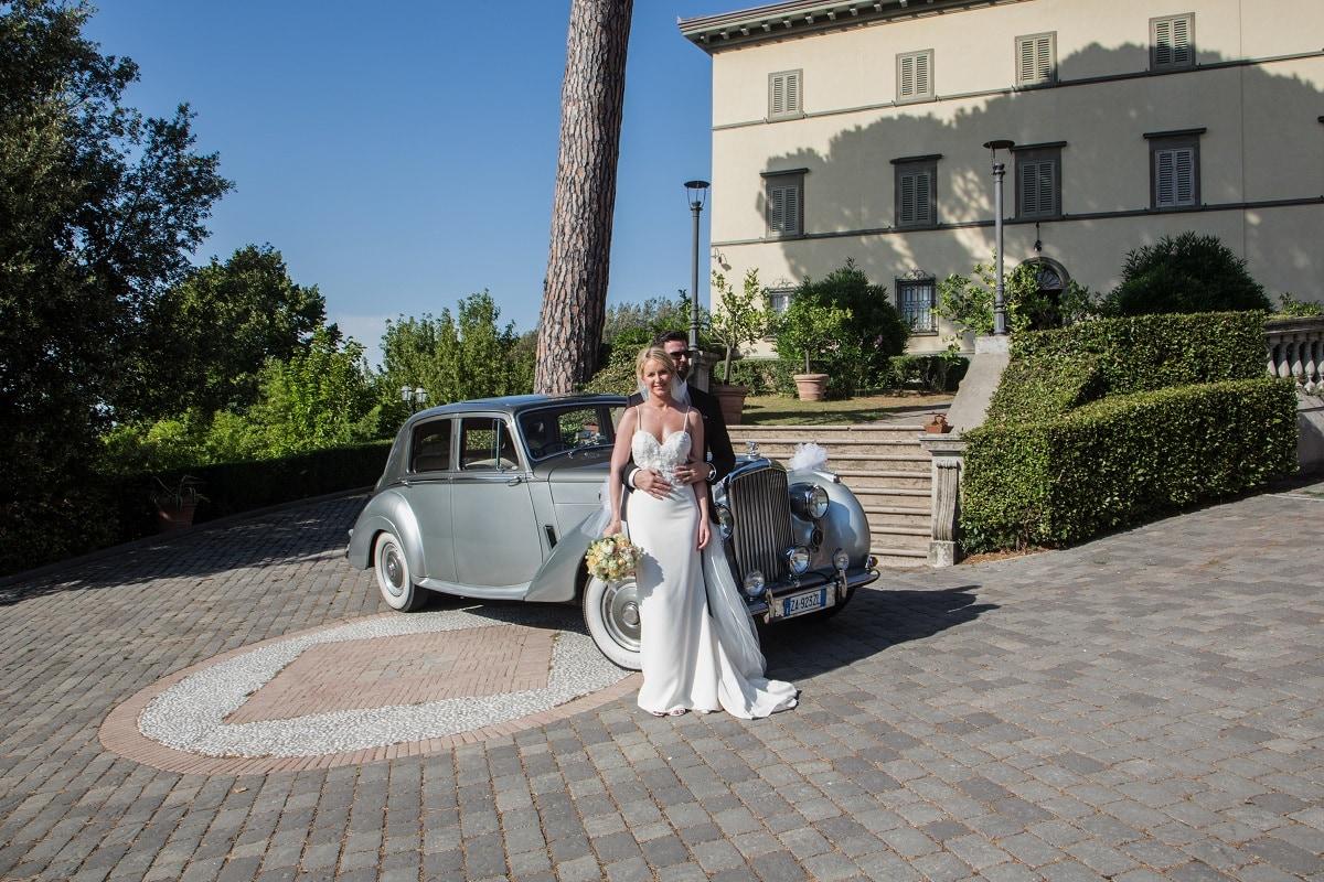 vera villa storica per sposarsi Toscana con auto d'epoca